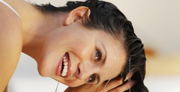 смывание бальзама с волос